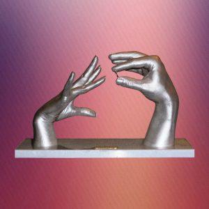 Зліпки рук в момент одягання кільця