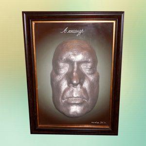 Зліпок обличчя в рамці з фото і підписом.